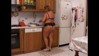 Casalinga cicciona scopa in cucina e in salone