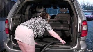Signora pulisce l'auto e dopo offre una scopata