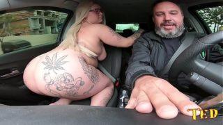 Sesso in auto mentre guida